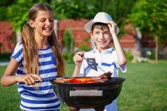 Ungar som har ett grillfestparti Royaltyfria Bilder