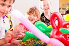 Ungar som har födelsedagberöm med ballonger Royaltyfria Foton