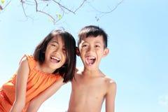 Ungar som har gyckel i solig dag Arkivfoton
