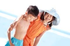 Ungar som har gyckel i stranden Royaltyfria Foton