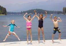 Ungar som har gyckel på deras sommarsemester royaltyfri bild