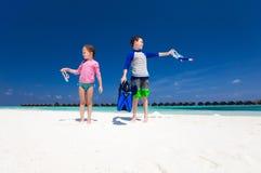 Ungar som har gyckel på stranden arkivfoton