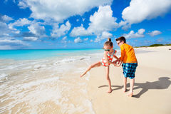 Ungar som har gyckel på stranden royaltyfria bilder