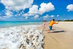 Ungar som har gyckel på stranden fotografering för bildbyråer