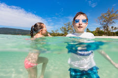 Ungar som har gyckel på stranden Royaltyfri Foto