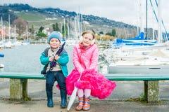 Ungar som har roligt utomhus Royaltyfri Bild
