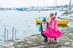 Ungar som har roligt utomhus Fotografering för Bildbyråer