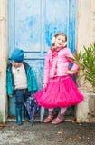 Ungar som har roligt utomhus Arkivfoto