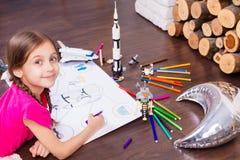 Ungar som hemma spelar i astronaut arkivfoton