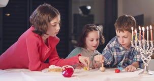 Ungar som hemma spelar med dreidels under Chanukkah