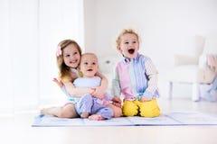 Ungar som hemma spelar, syskongruppförälskelse Arkivfoto