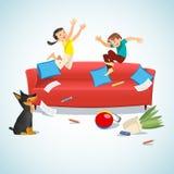 Ungar som hoppar på soffan som spelar med en boll stock illustrationer