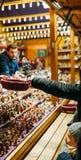 Ungar som köper traditionella julleksaker på vintern, marknadsför i Alsac Royaltyfria Foton