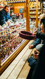 Ungar som köper traditionella julleksaker på vintern, marknadsför i Alsac Arkivbild