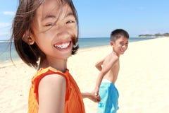 Ungar som kör i stranden royaltyfria foton