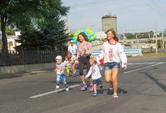 Ungar som kör med mammor Arkivbilder