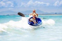 Ungar som kayaking i havet Barn i kajak i det tropiska havet royaltyfri fotografi