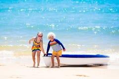 Ungar som kayaking i havet Barn i kajak i det tropiska havet Arkivfoto