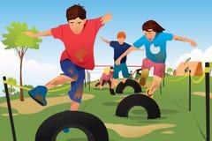 Ungar som konkurrerar i en konkurrens för hinderspringkurs stock illustrationer