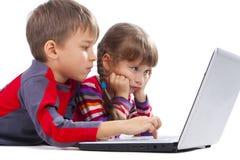 ungar som lägger anteckningsboken Royaltyfri Bild