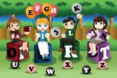 Ungar som lär alfabet Arkivbilder