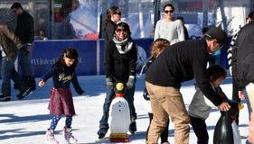 Ungar som lär att åka skridskor på isisbanan på Hyde Park Royaltyfri Fotografi