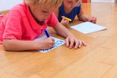 Ungar som lär att skriva nummer Royaltyfri Fotografi