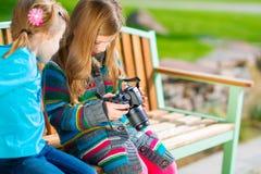 Ungar som lär fotografi Arkivfoto