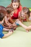Ungar som lär geografi Fotografering för Bildbyråer