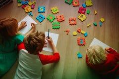Ungar som lär nummer, aritmetisk, beräkning och lek arkivfoton