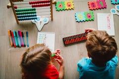 Ungar som lär nummer, mental aritmetisk, kulram arkivbild