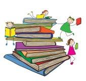 Ungar som läser på stor bokbunt Arkivfoton