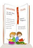 Ungar som läser utbildningsklubbaannonseringen Royaltyfri Foto