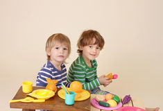 Ungar som lagar mat och spelar med inbillad mat Royaltyfri Fotografi