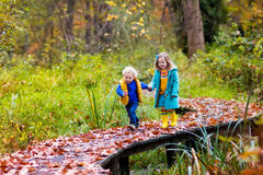 Ungar som leker i höstpark Royaltyfria Bilder