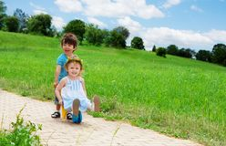 Ungar som leker i parken Royaltyfri Fotografi