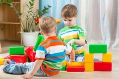 Ungar som leker i rummet arkivbilder