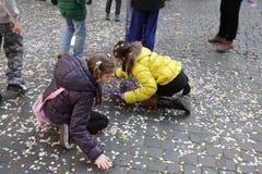 Ungar som leker med confettis Arkivbilder