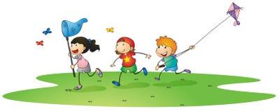 Ungar som leker med drakar Royaltyfri Bild