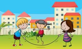 Ungar som leker repet Arkivbild