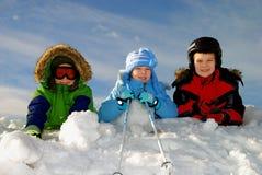 ungar som leker snow arkivbilder