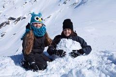 ungar som leker snow Royaltyfri Foto