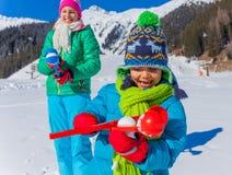 ungar som leker snow Royaltyfria Foton