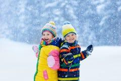ungar som leker snow Barnlek i vinter royaltyfri foto