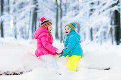 ungar som leker snow Barnlek utomhus i vintersnöfall Royaltyfria Foton