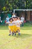 ungar som leker tävlings- teamwork Royaltyfri Bild