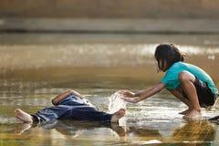 ungar som leker vatten Arkivbilder