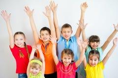 Ungar som lyfter händer arkivfoton