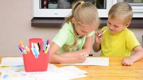 Ungar som målar med blyertspennor stock video