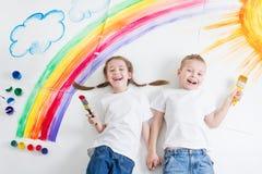 Ungar som målar regnbågen royaltyfria bilder
